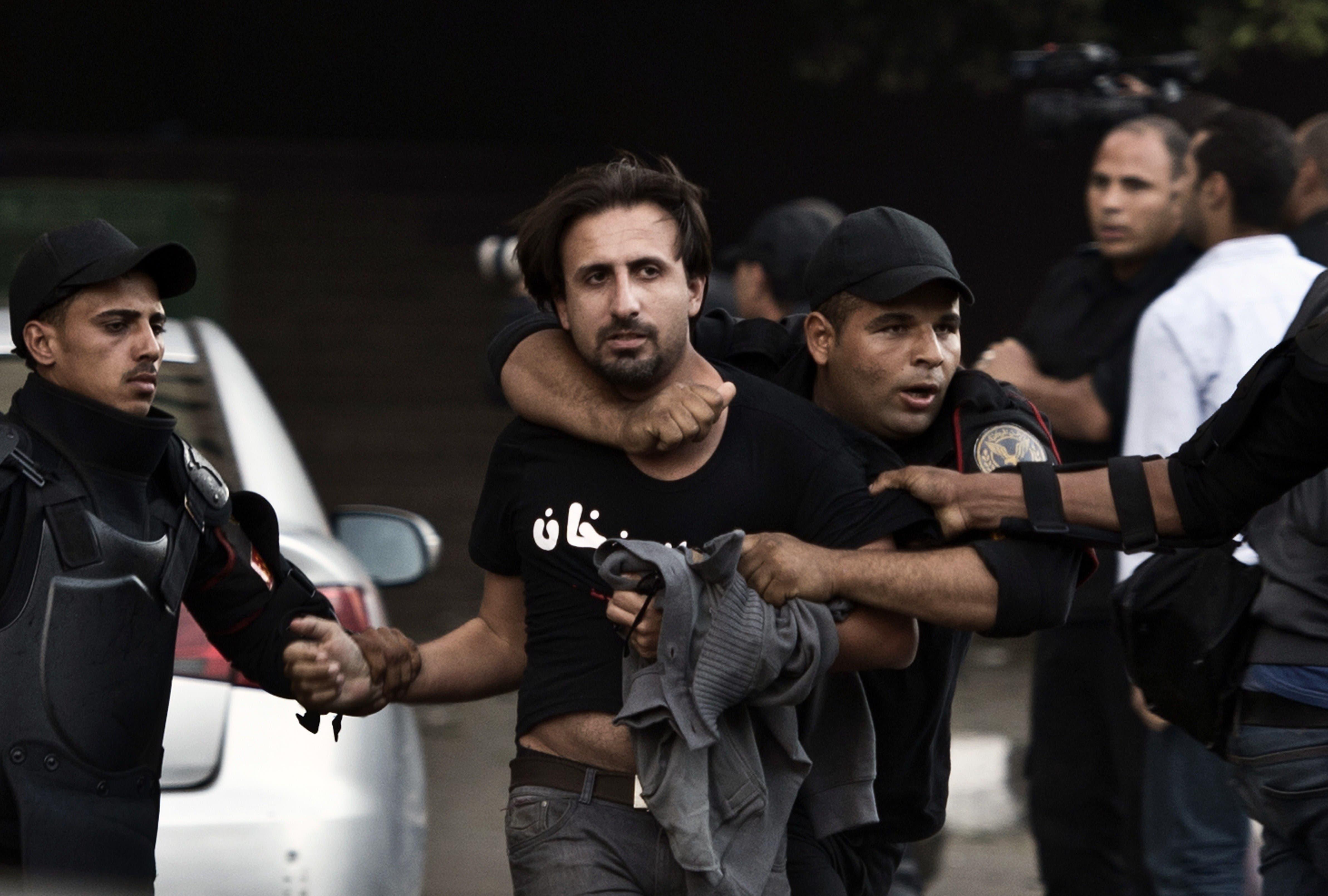 إلقاء القبض على أحد الناشطين أمام مجلس الشورى