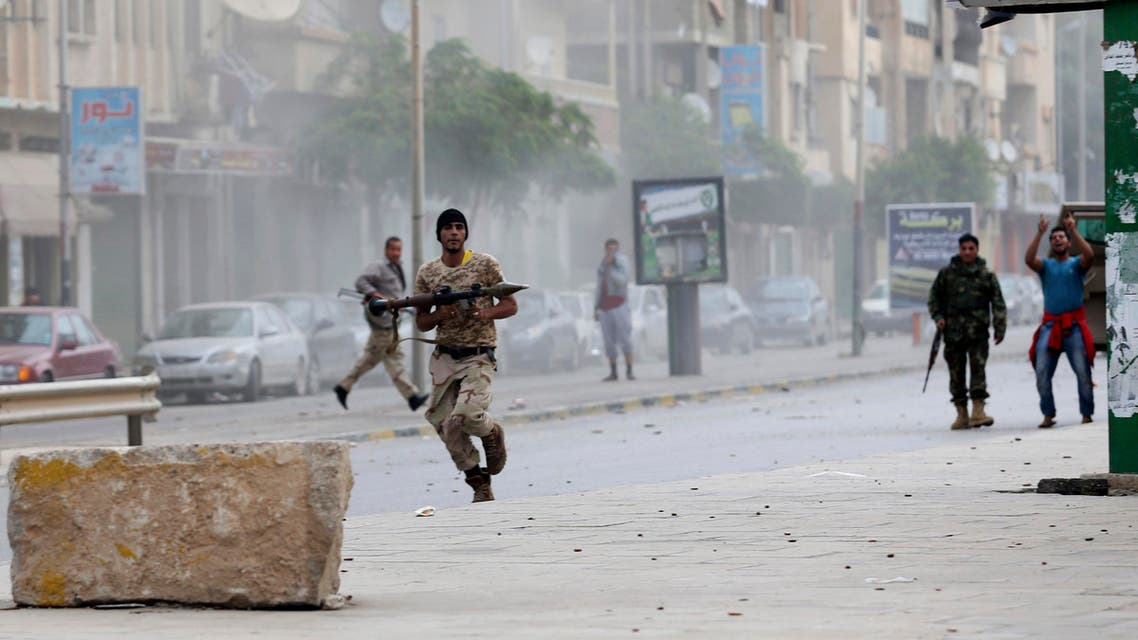 A member of the Libyan army runs with a weapon during clashes between members of Islamist militant group Ansar al-Sharia and a Libyan army special forces unit in the Ras Obeida area in Benghazi Nov.25, 2013. (Reuters)
