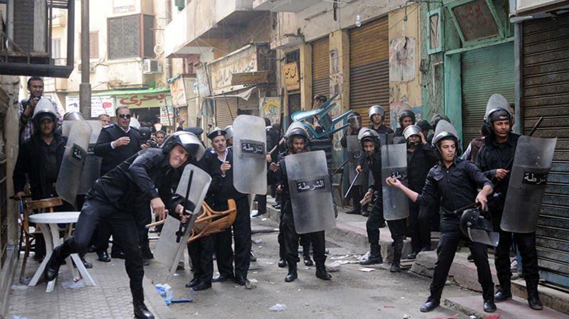 الشرطة المصرية اثناء الاشتباكات مع متظاهرين في القاهرة احتجاجاً على قانون التظاهر