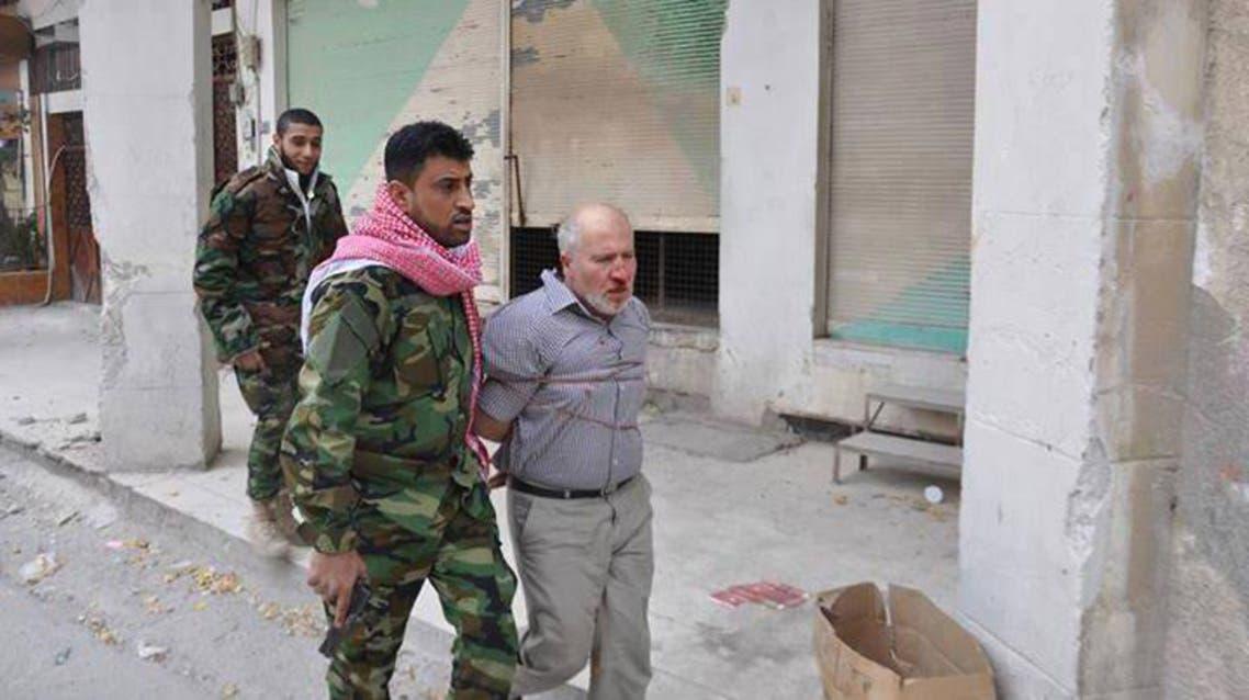 قائد لواء ذو الفقار يقتاد أحد المسنين مكبلا بمدينة النبك الى الاعدام
