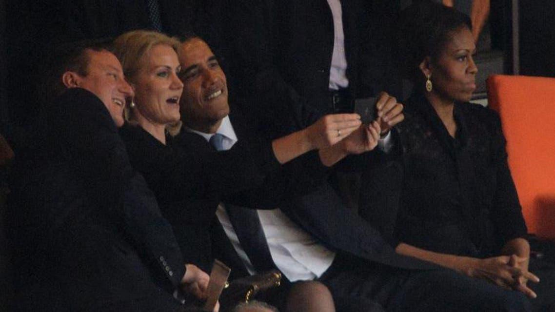 صورة طراز Selfie ثلاثية لأوباما والجارة الشقراء وديفيد كاميرون