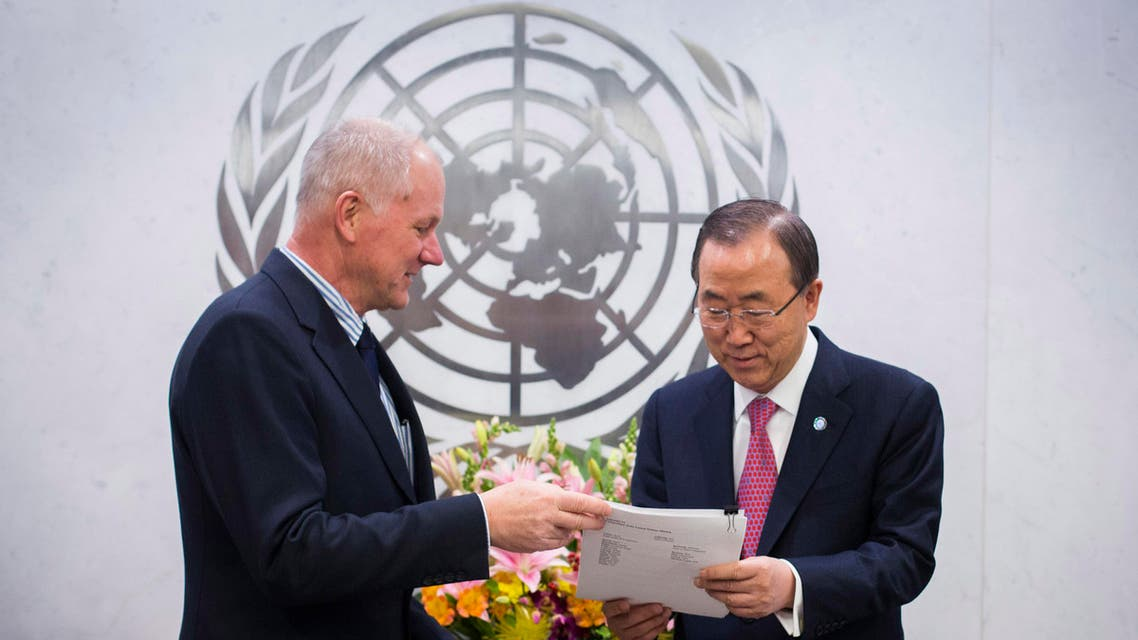 Ake Sellstrom (L), Head of the United Nations Mission to Investigate Allegations of the Use of Chemical Weapons in the Syrian Arab Republic, hands his report over to Secretary-General of the United Nations, Ban Ki-moon at the United Nations headquarters in New York December 12, 2013.  reu