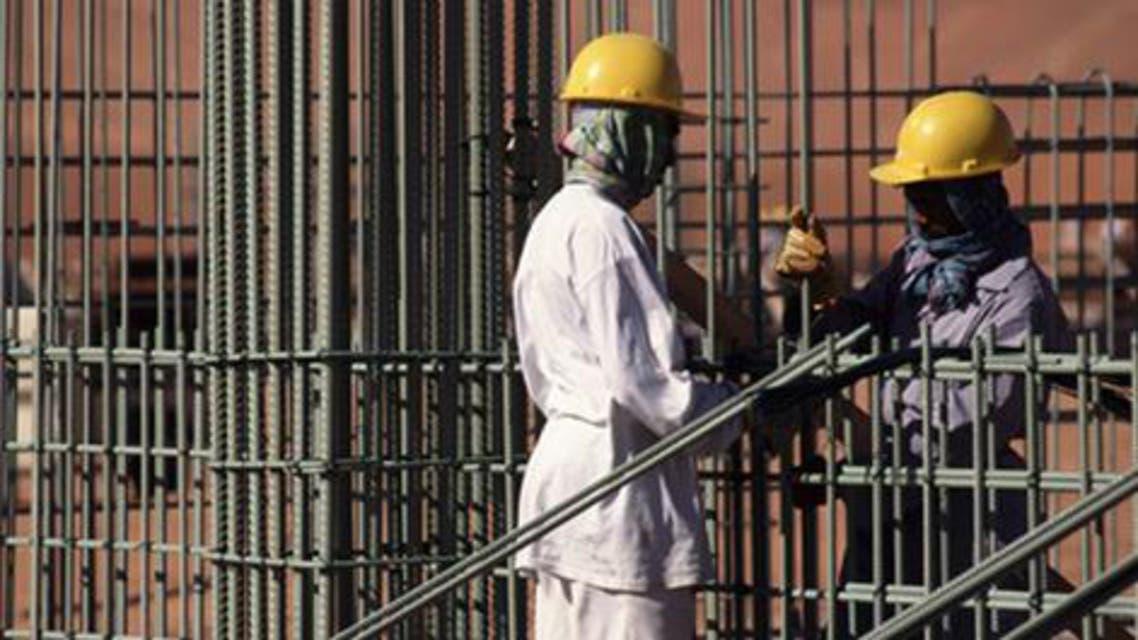 عمال بناء في موقع مشروع في السعودية