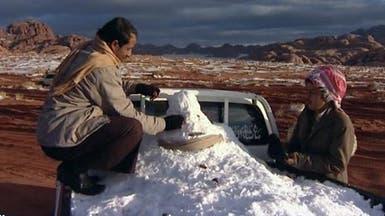 """جبال تبوك تغري السعوديين بممارسة هواية """"التطعيس الثلجي"""""""