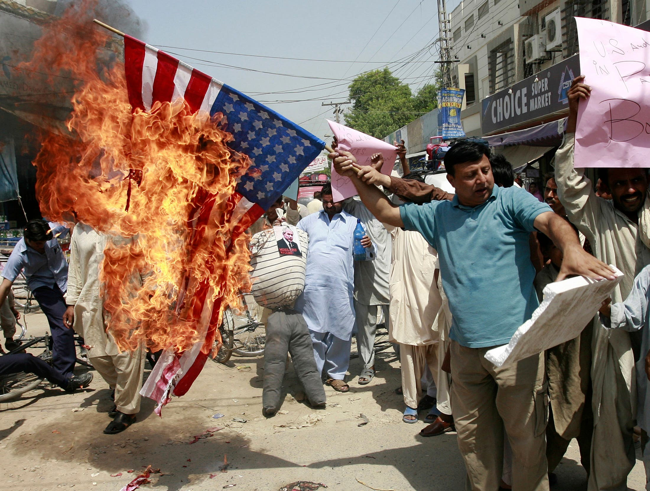 Pakistani traders burn a U.S. flag to protest against strikes in Pakistani tribal areas along the Afghan border, pictured on Sept. 10, 2008. (File photo: Reuters)