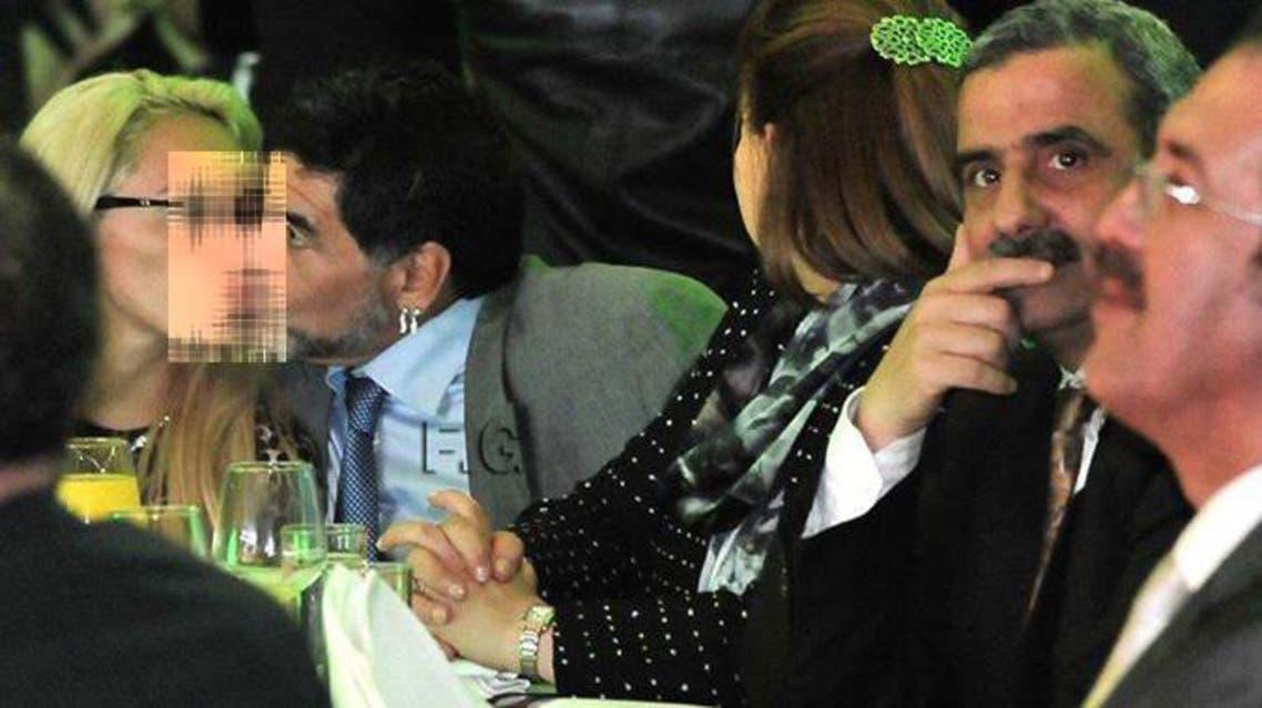 مارادونا يقبل سيدة بحضور وزراء في الجزائر