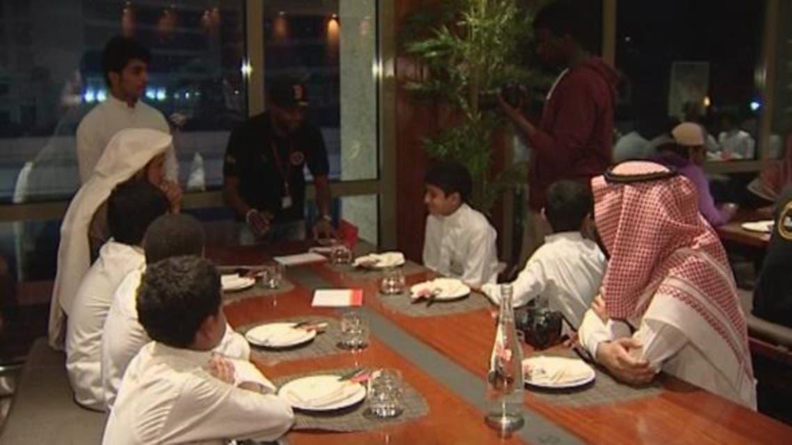 ممثلون سعوديون يخدمون في أحد المطاعم