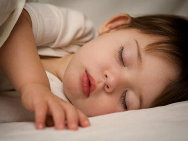 إجبار الأطفال على النوم في أوقات معينة يصيبهم بالأرق