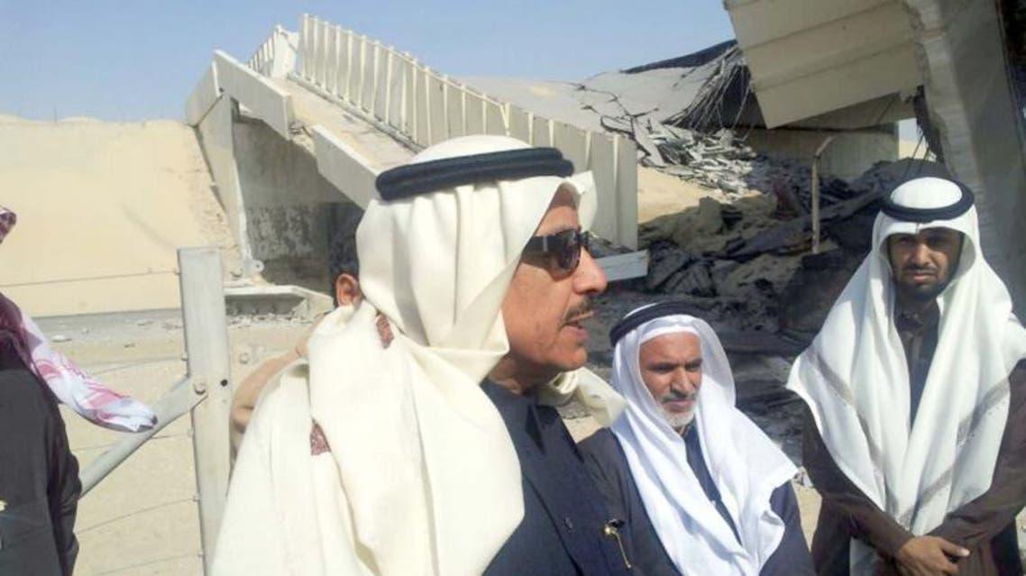 وزير النقل جبارة الصريصري يقف على الجسر المنهار على طريق الدمام - الرياض