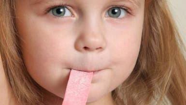 دراسة: مضغ العلكة يسبب الصداع وآلام الشقيقة