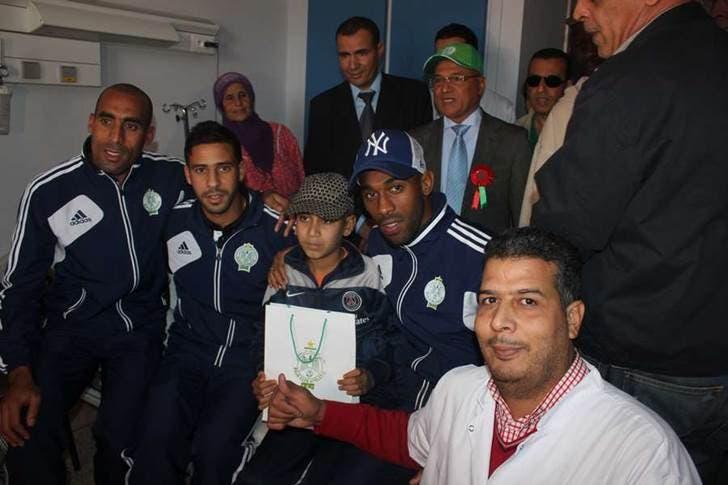 لاعبو الرجاء البيضاوي في مهمة إنسانية لزرع الفرح في قلوب أطفال مغاربة يعانون من السرطان