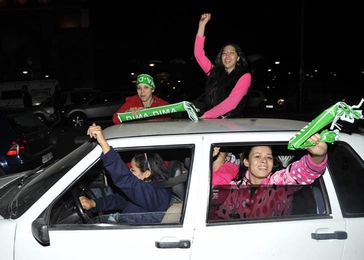 للنادي الأخضر المغربي الرجاء مشجعات ينافسن الرجال في حماسة التشجيع