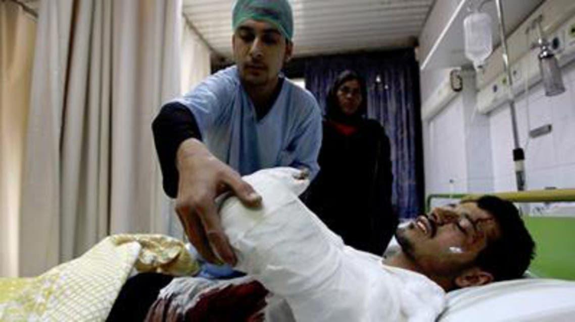 جريح يتلقى العلاج في مستشفى في سوريا