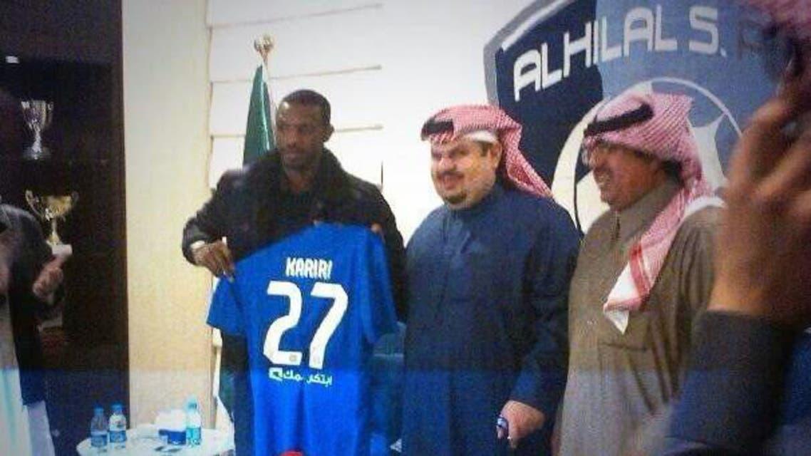 عبد الرحمن بن مساعد وسعود كريري يحملان قميص اللاعب في الهلال بعد التوقيع