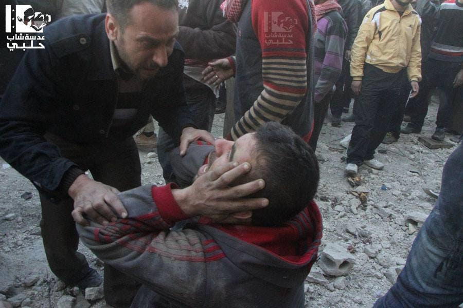 جريح في موقع سقوط براميل متفجرة في حلب