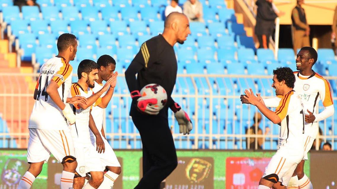 لاعبو الشباب يحتفلون بهدف عبدالمجيد الرويلي في مرمى التعاون (تصوير- محمد الضاوي)