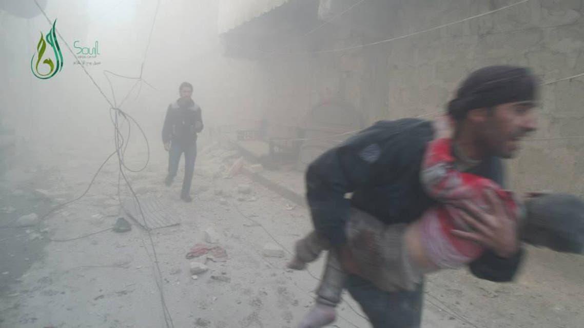نقل جرحى براميل متفجرة في حلب