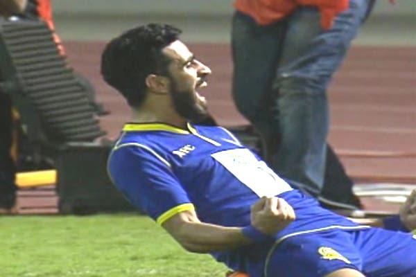 لاعب النصر عبدالرحيم جيزاوي يحتفل بهدفه في مرمى الخليج