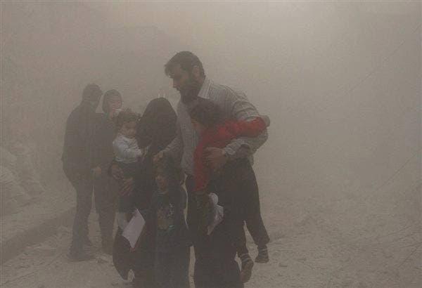 سكان يخلون اطفالهم من موقع استهده النظام ببراميل متفجرة في حلب
