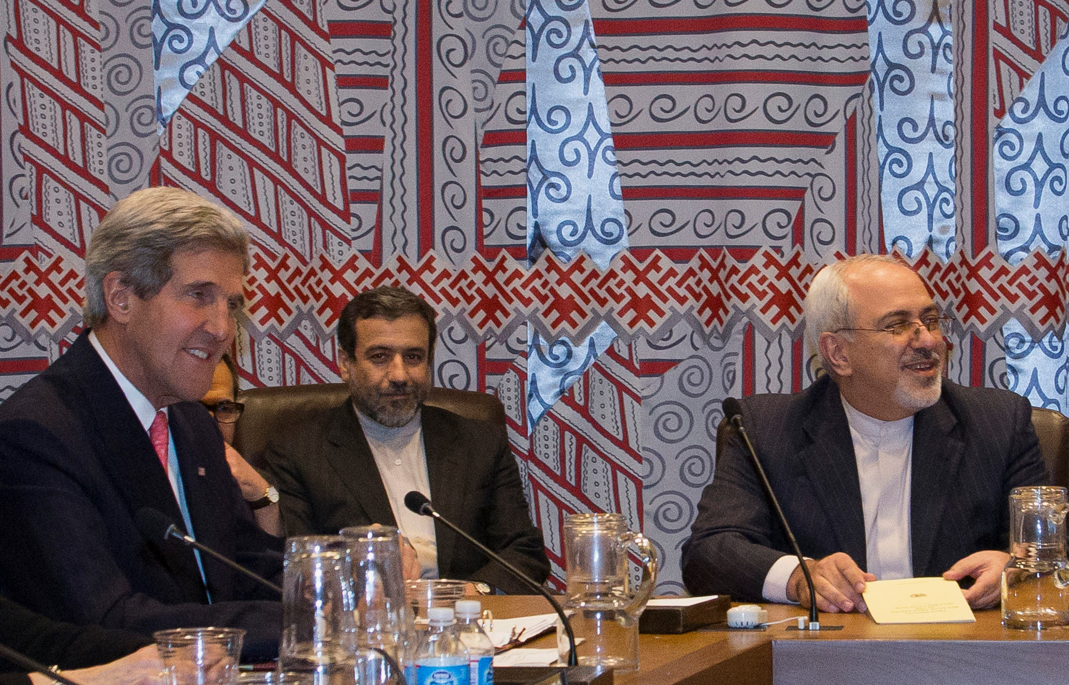 U.S. Secretary of State John Kerry (L) and Iran's Foreign Minister Mohammad Javad Zarif (R) are seated during a P5+1 group meeting in New York, Sep. 26, 2013. (File photo: Reuters)