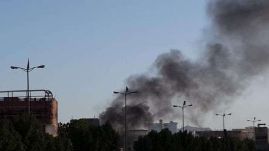 دخان يتصاعد من موقع انفجار في عدن في اليمن