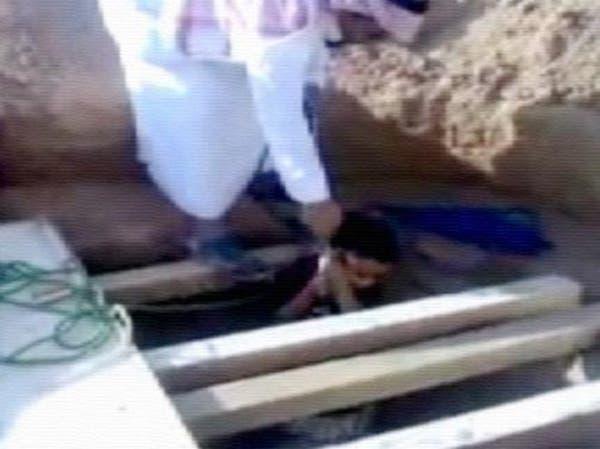 فيديو يثير جدلاً لرجل سعودي يضع طفله داخل بئر عميقة