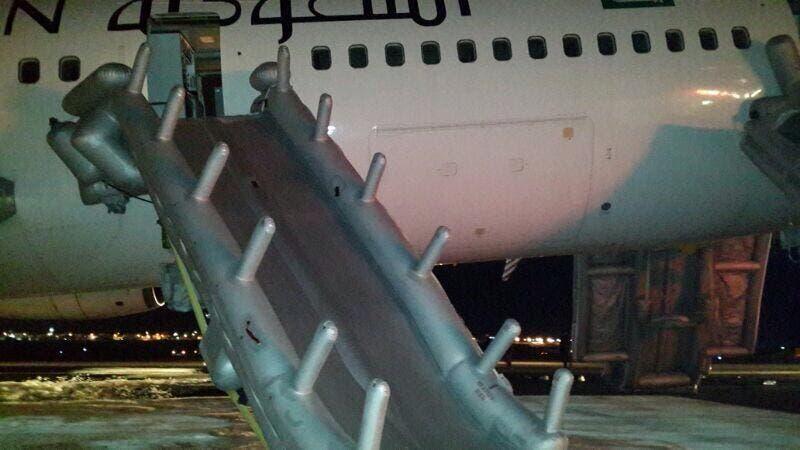 حادث هبوط طائرة الخطوط السعودية اضطراريا بدون عجلات