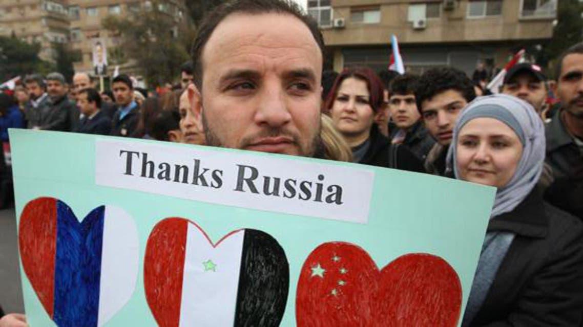 مواطن سوري يرفع لافتة يشكر بها موقف روسيا و الصين لمنع توجيه ضربة عسكرية على بلاده