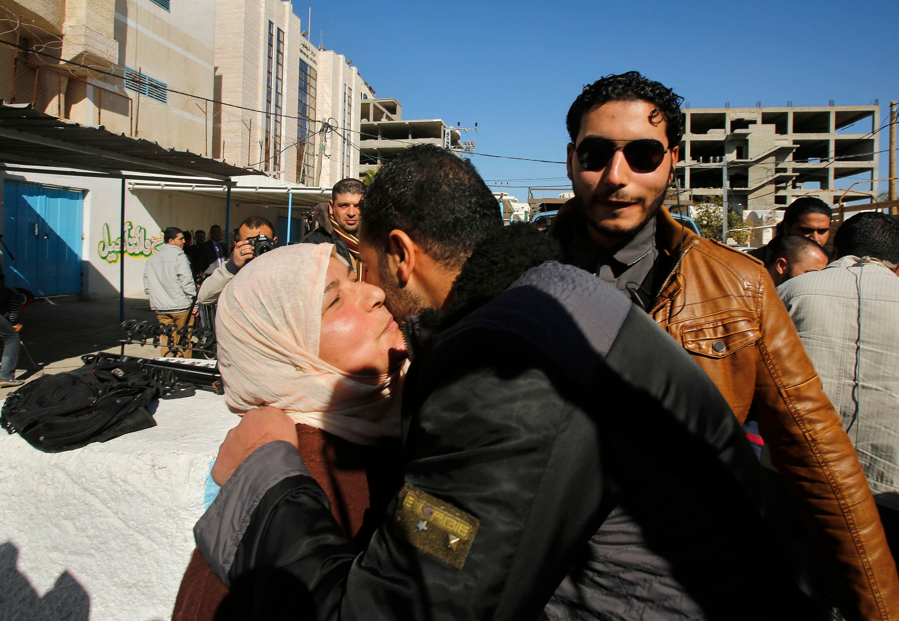 Palestinians welcome freed relatives