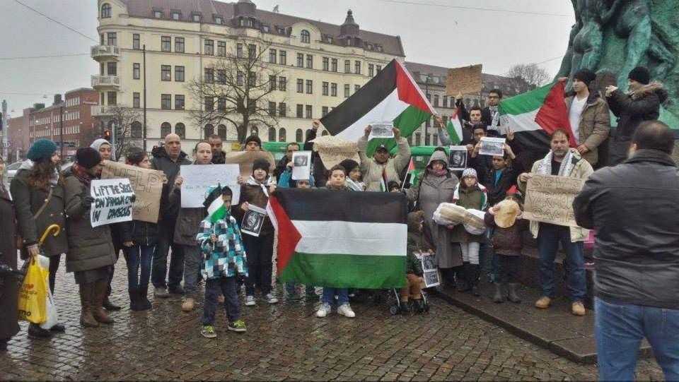 الفلسطينيون في مدينة مالمو السويدية يعتصمون تضامناً مع أهلهم في مخيم اليرموك المحاصر،