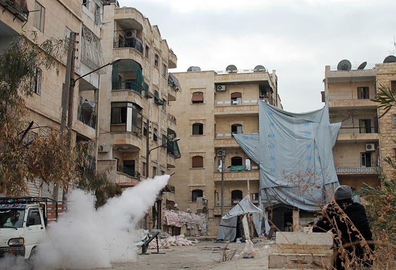 مسلحون من المعارضة يطلقون صواريخ اثناء الاشتباكات في حلب