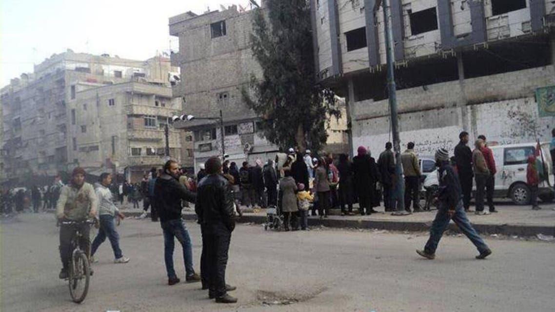أهالي مخيم اليرموك ينتظرون وصول قافلة المساعدات الإنسانية