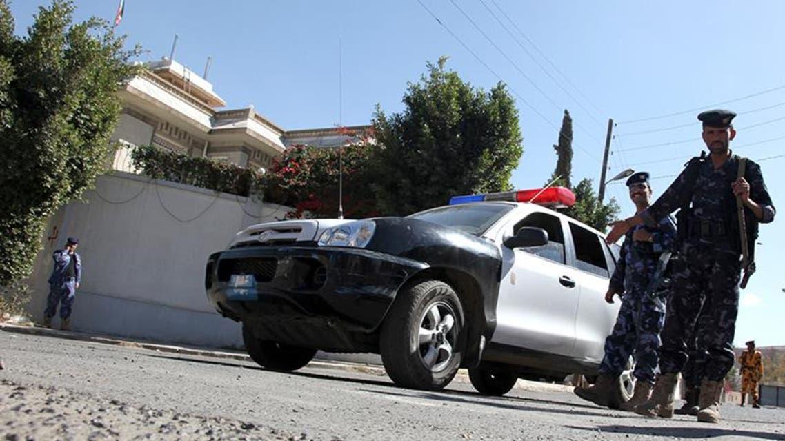 عناصر من الأمن اليمني امام مقر اقامة السفير الايراني في صنعاء