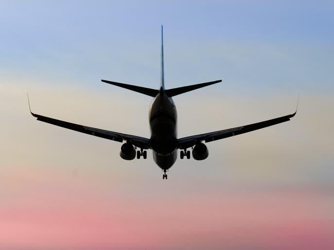 شركة طيران تحول طياريها إلى مضيفين