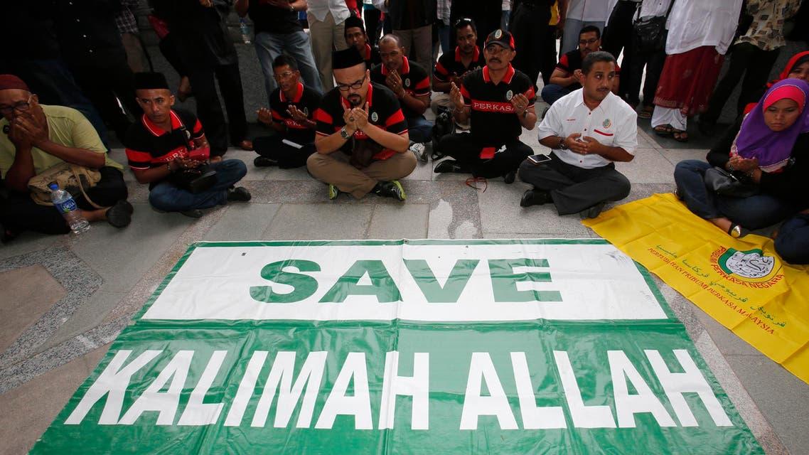 Muslim demonstrators display a banner outside Malaysia's Court of Appeal in Putrajaya, outside Kuala Lumpur August 22, 2013.