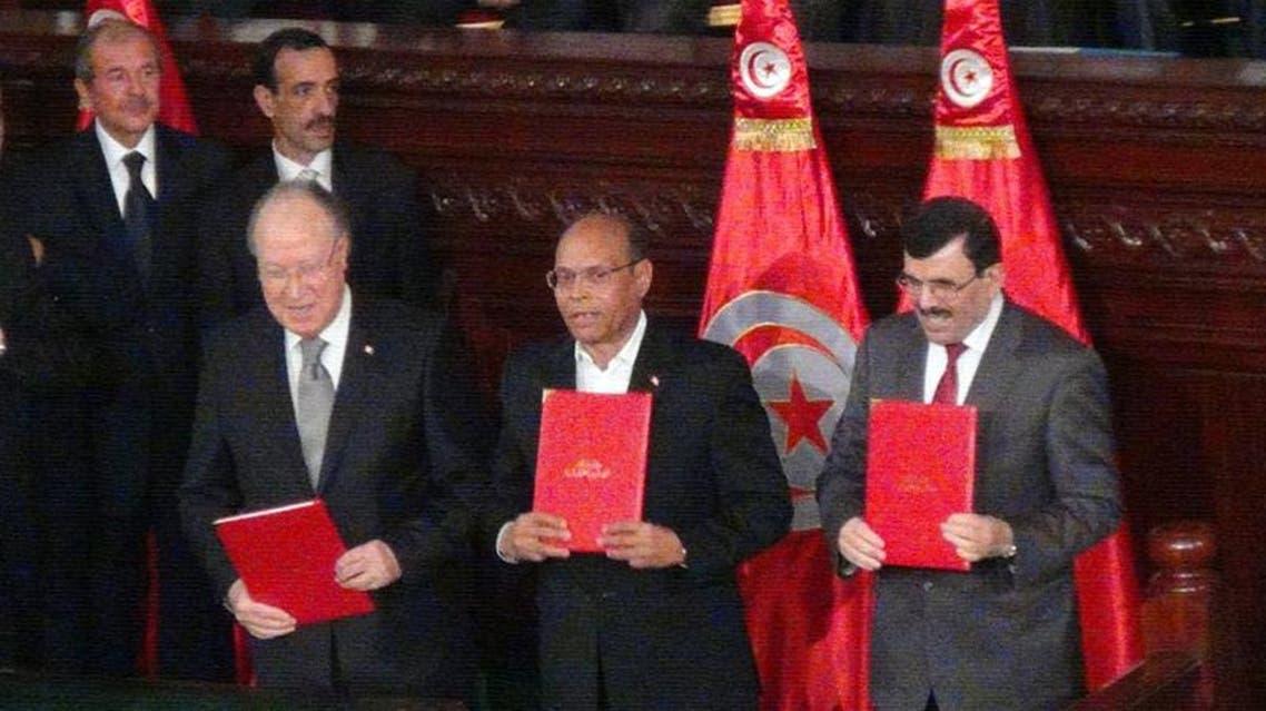 الرؤساء الثلاثة وقعوا دستور البلاد الجديد