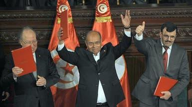 تونس.. الرؤساء الثلاثة وقعوا دستور البلاد الجديد