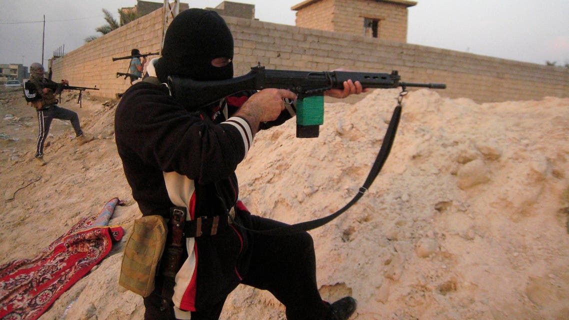 Masked Sunni Muslim gunmen take their positions with their weapons during clashes with Iraqi security forces outside the city of Falluja, 70 km (43 miles) west of Baghdad, Jan. 21, 2014. (Reuters)