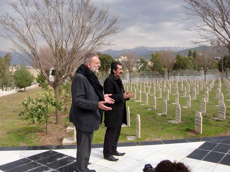 الأب باولو في مقبرة ضحايا القصف الكيمياوي