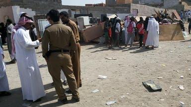 مخالفون يقذفون الأمن بالحجارة ويصيبون 8 غرب السعودية