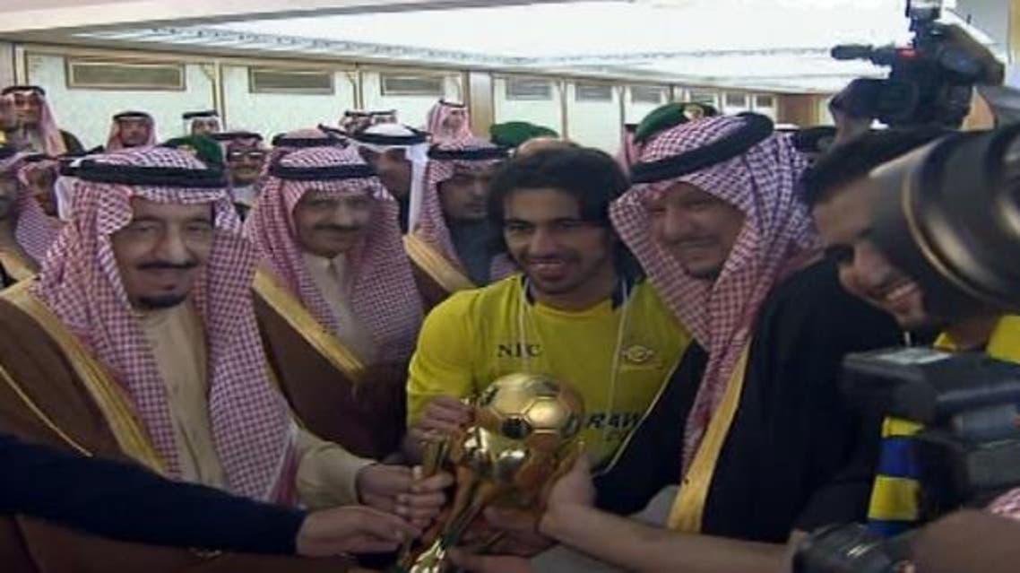 حسين عبد الغني قائد النصر ورئيس النادي يستلمان كأس البطولة
