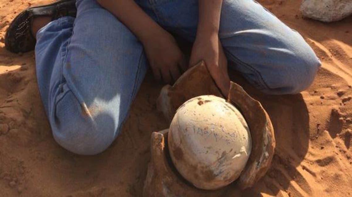 طفلة سعودية تحير عائلتها بعثورها على بيضة مغلفة بحجر