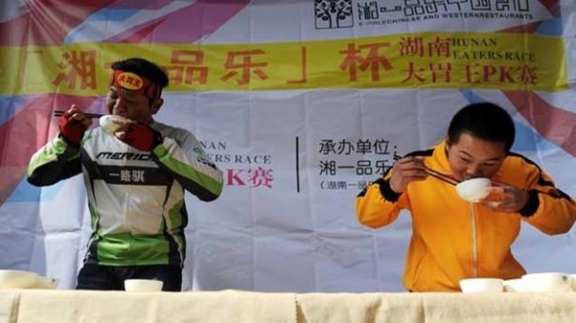 بان يز هونغ يلتهم 40 صحنا من المعكرونة الصينية