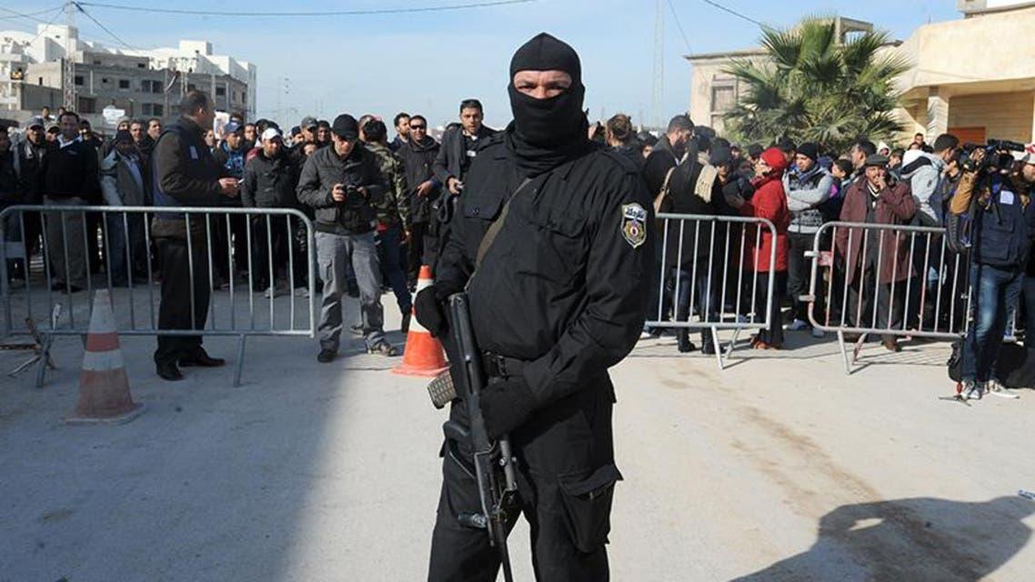 عناصر من القوات الخاصة بموقع الاشتباك بين مسلحين والشرطة في منزل بضاحية رواد قرب العاصمة تونس