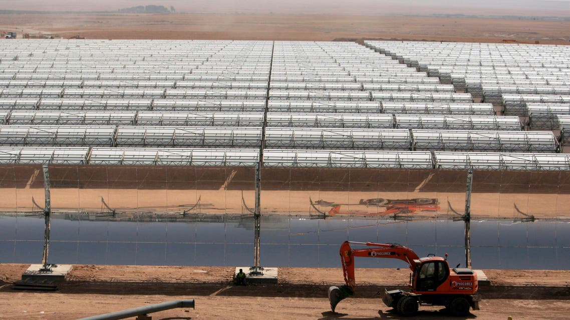Workers build a thermo-solar power plant in Beni Mathar August 20, 2009. (Reuters)