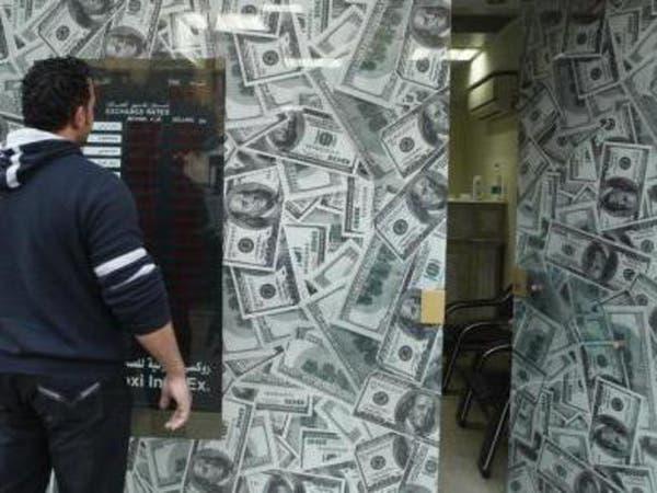 أزمة الدولار تدفع مصر لإغلاق نصف شركات الصرافة