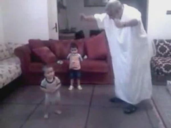 رئيس وزراء المغرب يرقص ويصفق مع حفيده