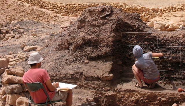 هنا أسفل بقايا مصهر النحاس تم اكتشاف العظام