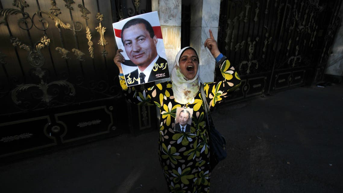 A supporter of former Egyptian President Hosni Mubarak holds his poster to celebrate his release in August after the maximum pre-trial detention period expired. (File photo: Reuters)