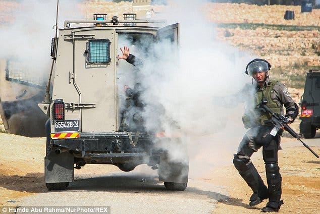جنود اسرائليون يختنقون بقنابل الغاز بعد انفجارها بعربتهم اثناء مواجهات مع شبان فلسطينيين